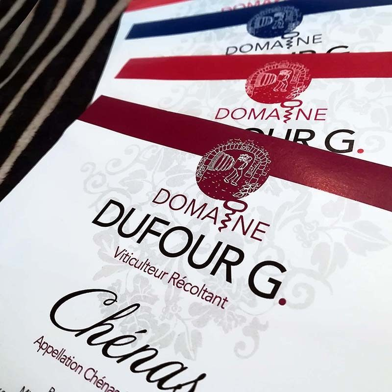 Photo représentant des étiquettes imprimées de bouteilles de vin du domaine Dufour G, réalisées par Le P'tit' Zèbre Communication à Mâcon