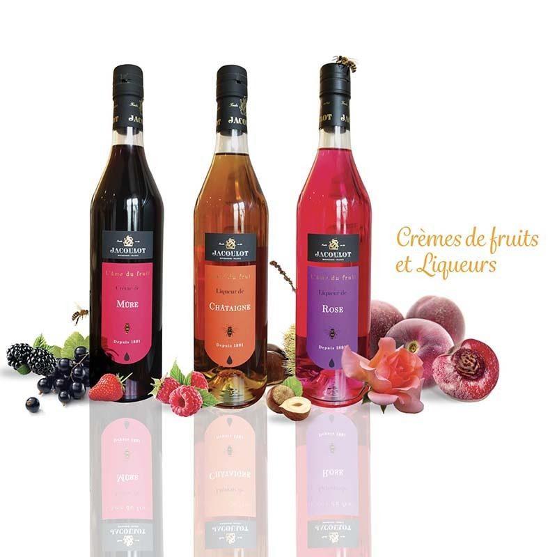Photo représentant trois bouteilles de liqueurs de fruit Jacoulot. Etiquettes réalisées par Le P'tit Zèbre Communication à Mâcon
